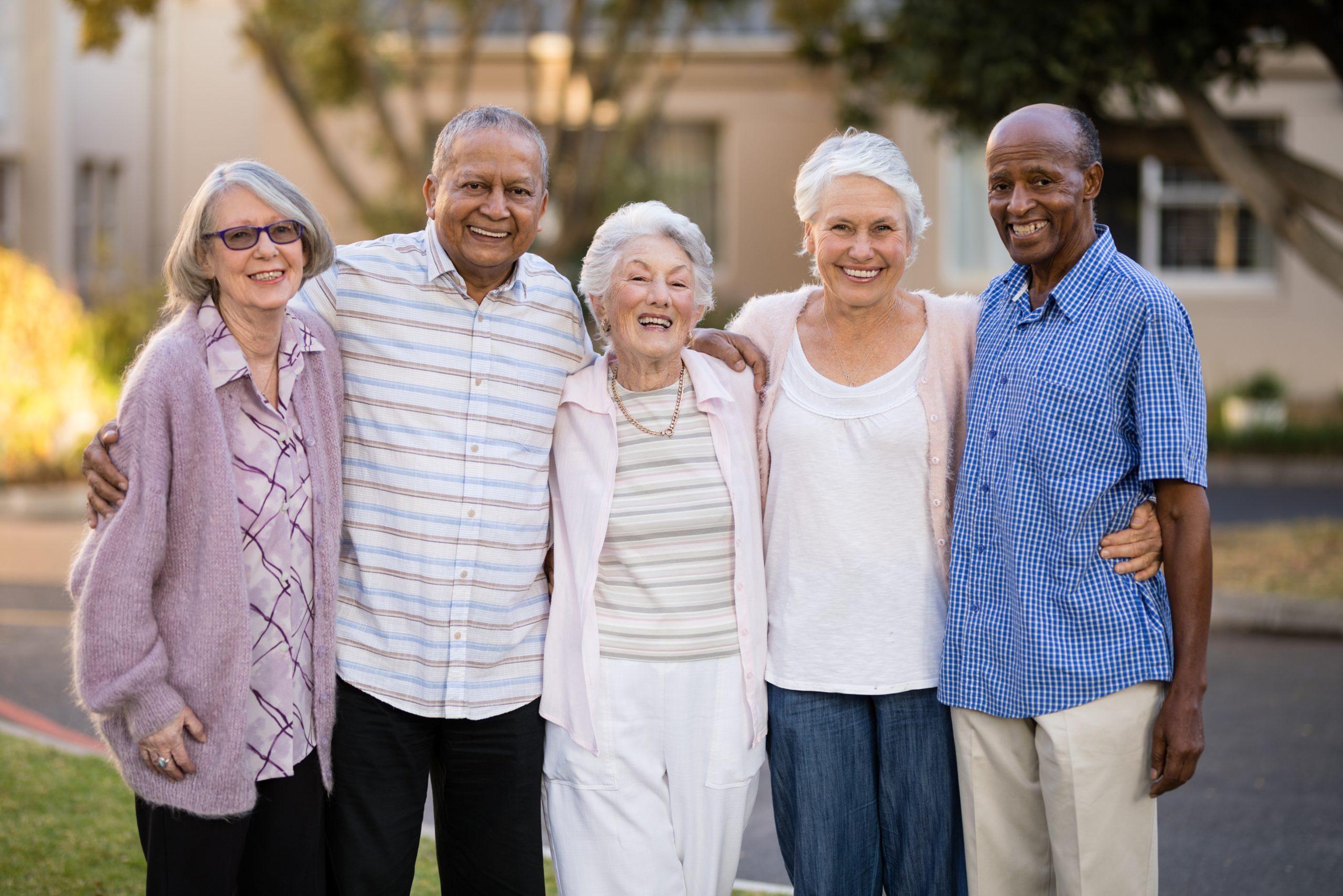 Grupo gente mayor feliz